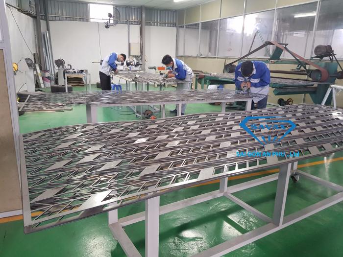 Vách ngăn kim loại đang được xử lý