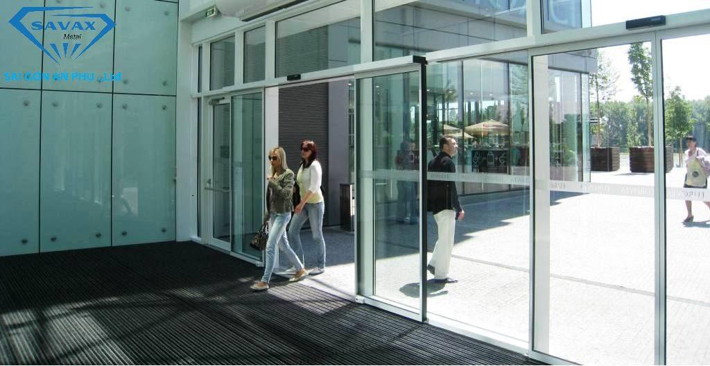Thi công cửa trung tâm thương mại tự động