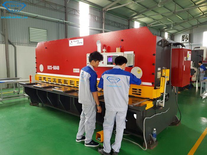 """Máy cắt inox theo yêu cầu bằng hệ thống thủy lực tại cơ sở """"Inox Vạn Xuân"""""""