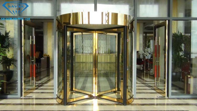 Mẫu cửa vòng xoay tự động khung inox mạ vàng