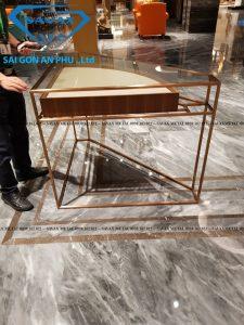 Khung bàn trưng bày inox mạ vàng kết hợp với mặt kính