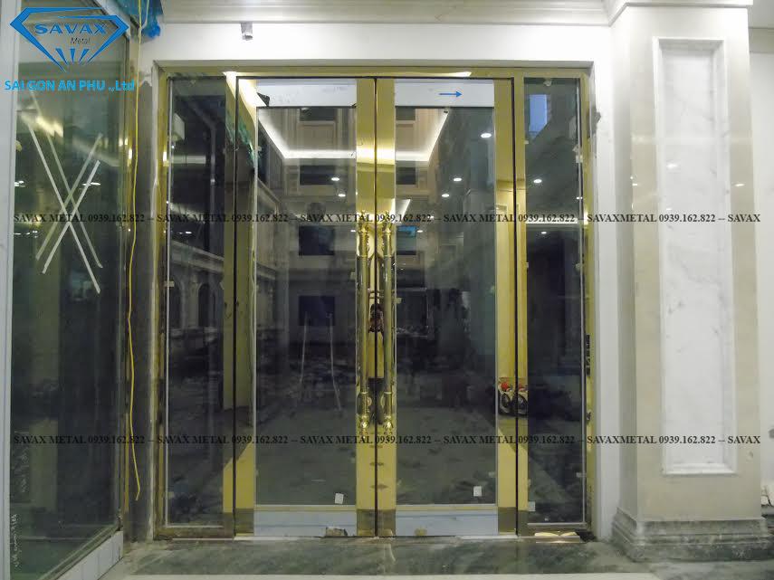 Mẫu cửa bản lề kết hợp với khung inox mạ vàng
