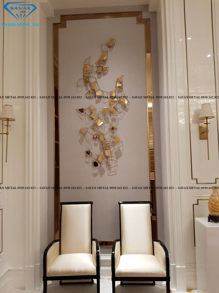 Ghế sofa khung inox và vách tường trang trí bằng inox mạ vàng độc đáo