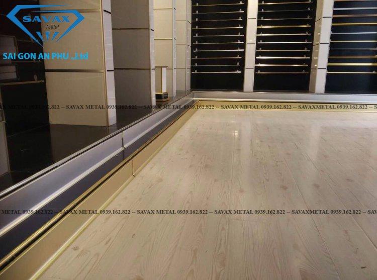 Len chân tường sàn gỗ bằng nẹp inox chữ L