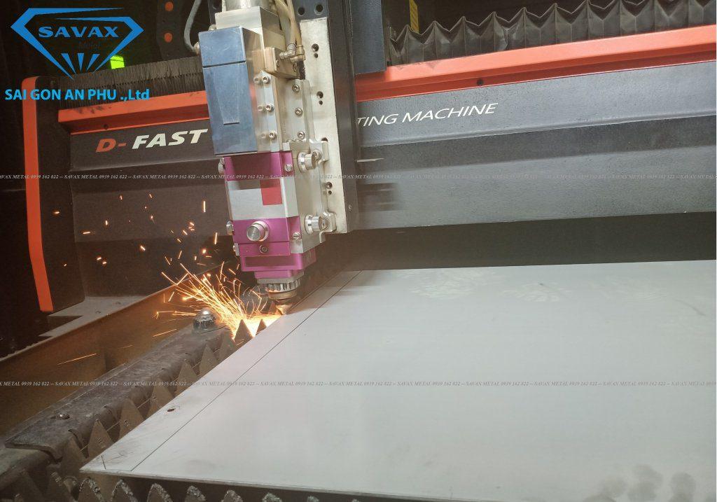 Cận cảnh cắt laser CNC inox tại Xưởng Vạn Xuân
