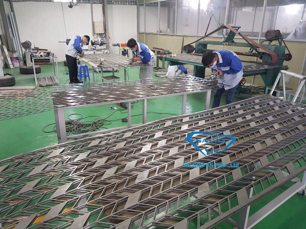 Cơ sở gia công inox Vạn Xuân đang hoàn thiện mẫu vách ngăn