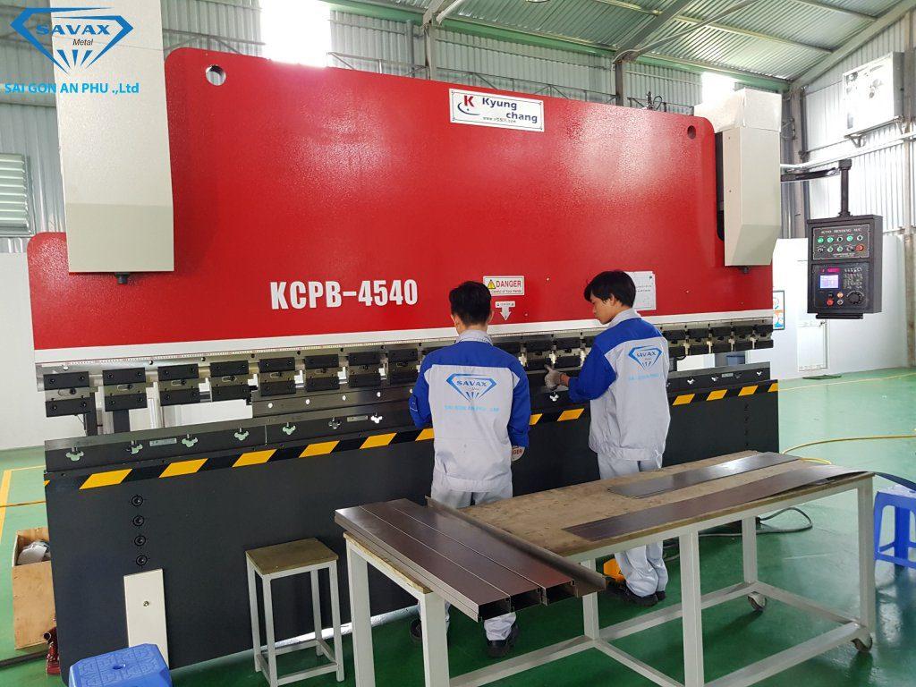Công nhân Vạn Xuân đang tiến hành chấn nẹp inox tại xưởng