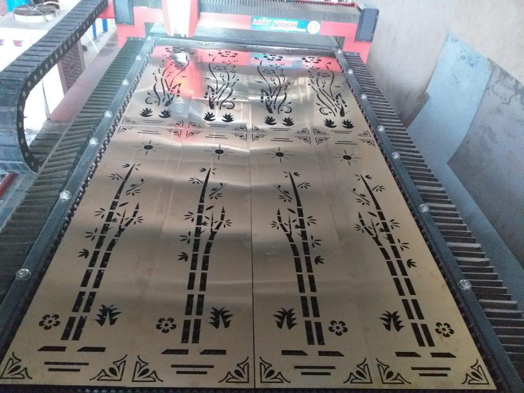 Máy đang cắt vách cnc inox mạ vàng tại xưởng