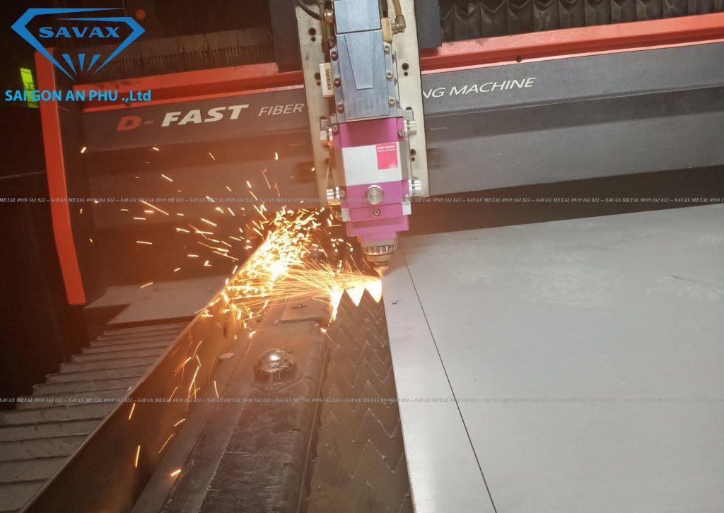 Cận cảnh đầu chiếu máy Laser Fiber