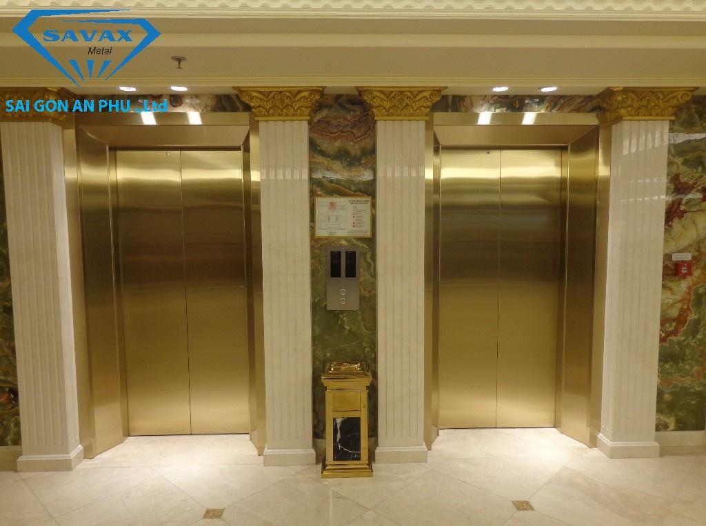 Mẫu cửa tầng vừa được ốp bằng inox vàng xướt