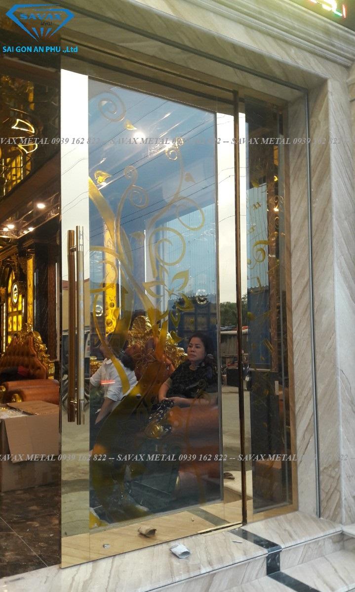 Mẫu cửa bản lề sàn khung inox mạ vàng