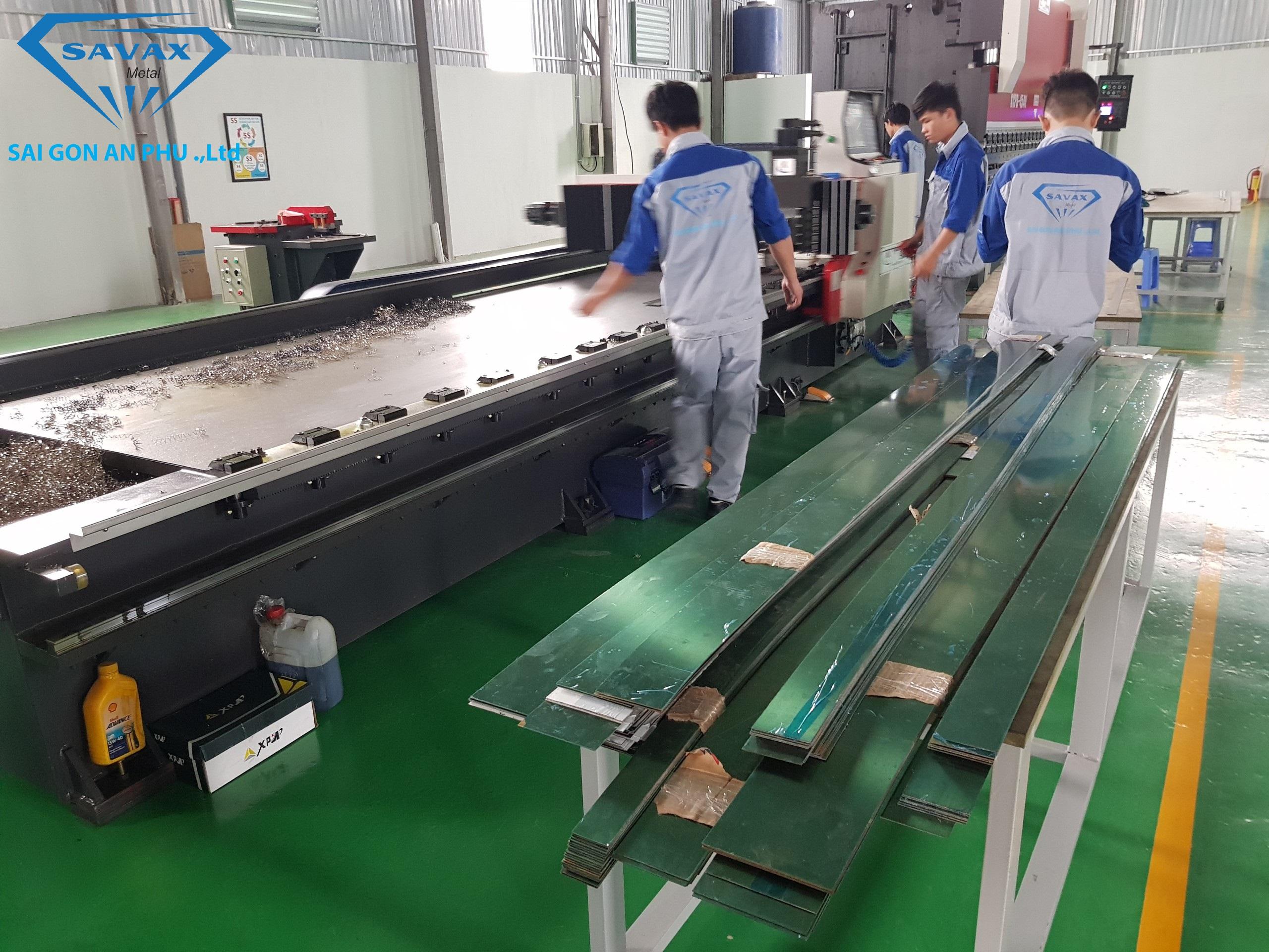 Cận cảnh công nhân savax đang gia công nẹp kim loại