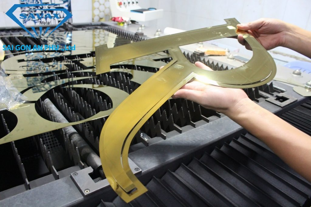 Máy cắt laser tại xưởng inox Vạn Xuân