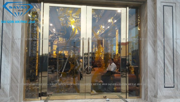 Mẫu cửa kính khung inox mạ vàng sang trọng