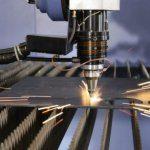 Đầu tia laser đang cắt trên bề mặt tấm thép