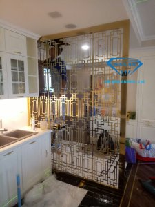 Mẫu vách ngăn phòng bếp đang được các công nhân Vạn Xuân lắp đặt tại nhà khách hàng
