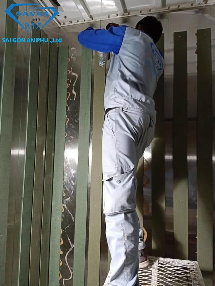 Công nhân Vạn Xuân đang lắp đặt cabin cho thang máy ở Nha Trang