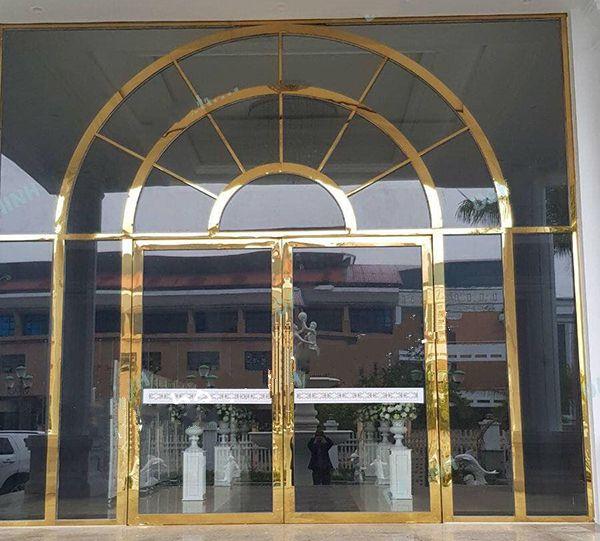 Mẫu cửa kính khung inox mạ vàng